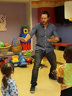 Chris Pratt visits sick kids (c) Facebook