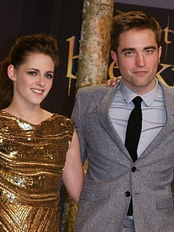 Robert Pattinson and Kristen Stewart check into hotel