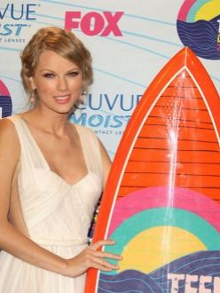 Taylor Swift wins five Teen Choice Awards