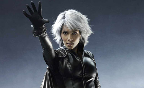 The queen of Wakanda, Storm (Halle Berry) has the mutant power to control all forms of naturally occurring weather, besides being able to fly at high speeds in the immensely popular film X-Men.