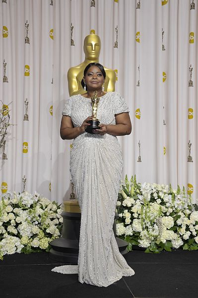 Octavia Spencer looked stunning as she walked on stage at the 84th Annual Academy Awards to receive her golden tropy for best supporting actress. Her white and silver sequined Tadashi Shoji gown gathered at the front to give her an incredibly flattering silhouette, with a train at the back for that extra touch of glamour. […]