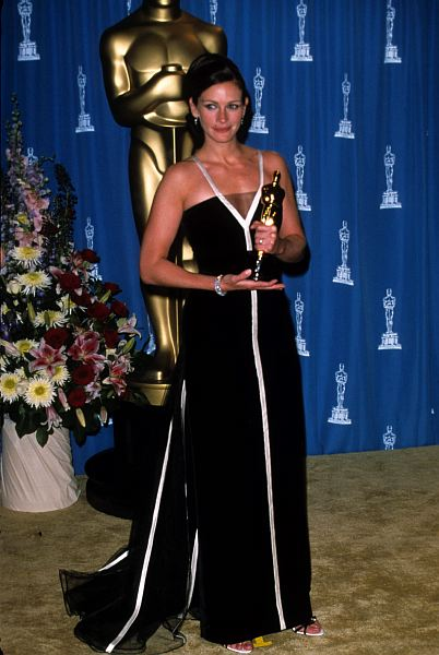 Julia Roberts wore a stunning black and white Valentino gown on the night she won Best Actress at the 73rd Academy Awards. ©ZUMAPRESS.com/Keystone Press