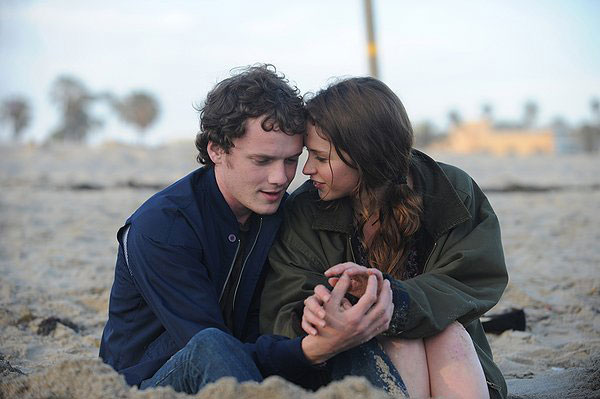 Anna (Felicity Jones) is a British student studying at a college in the States. When she meets Jacob (Anton Yelchin), an American boy, they quickly fall in love. Their relationship is put to the test when Anna's visa expires and she is sent back to England.