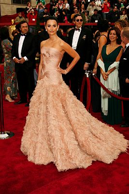 Penélope Cruz wowed the crowd in a peach Atelier Versace gown at the 2007 Oscars. Photo by UNIMEDIA IMAGES/ADC/KEYSTONE Press