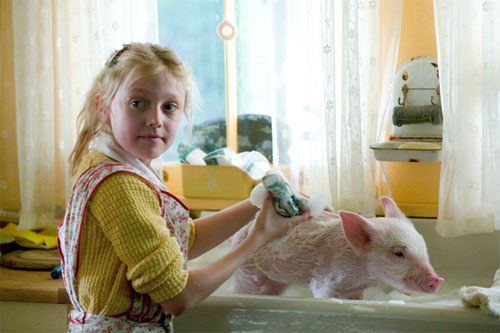 Young farm girl Fern (Dakota Fanning) falls in love with a runt piglet named Wilbur. Wilbur makes friends with the other animals in the barn, including Templeton the Rat and Charlotte, a spider who tries to help save Wilbur from slaughter by writing messages about him on her web.