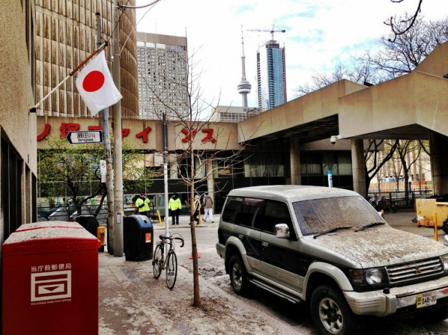 The Japanese flag hangs on a building on Elizabeth street — check out the CN Tower and Toronto police officers in the background. Photo by Sue Holland.