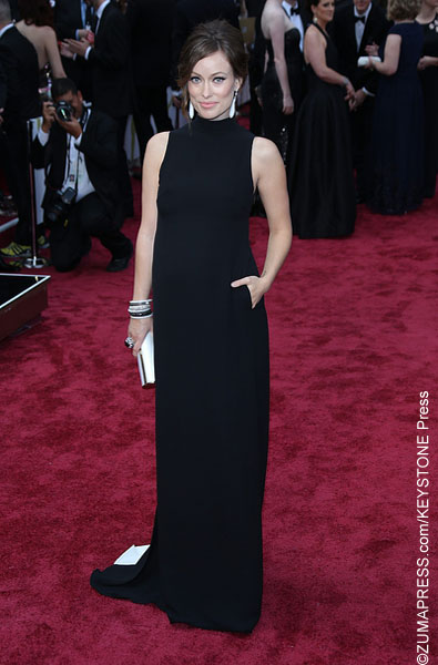 Sporting classic Valentino, the very pregnant Olivia may have aimed for a simple look but ended up with an outfit that was quite unremarkable. Opting to add some pizzazz to her look, she accessorized with giant jewelry. It's so not flattering!