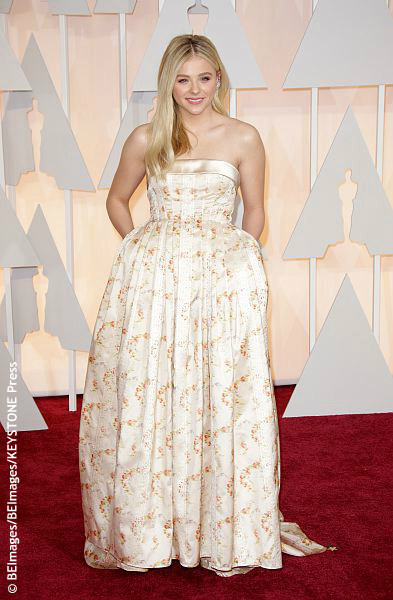 Chloë Grace Moretz is a beautiful young woman, but she wore a Mui Mui dress that did nothing for her. The top half looks fine, but the bottom looks like curtains from Grandma's house. Or a bedspread from the spare room that no one uses. It weighed down her frame and her hands in her […]