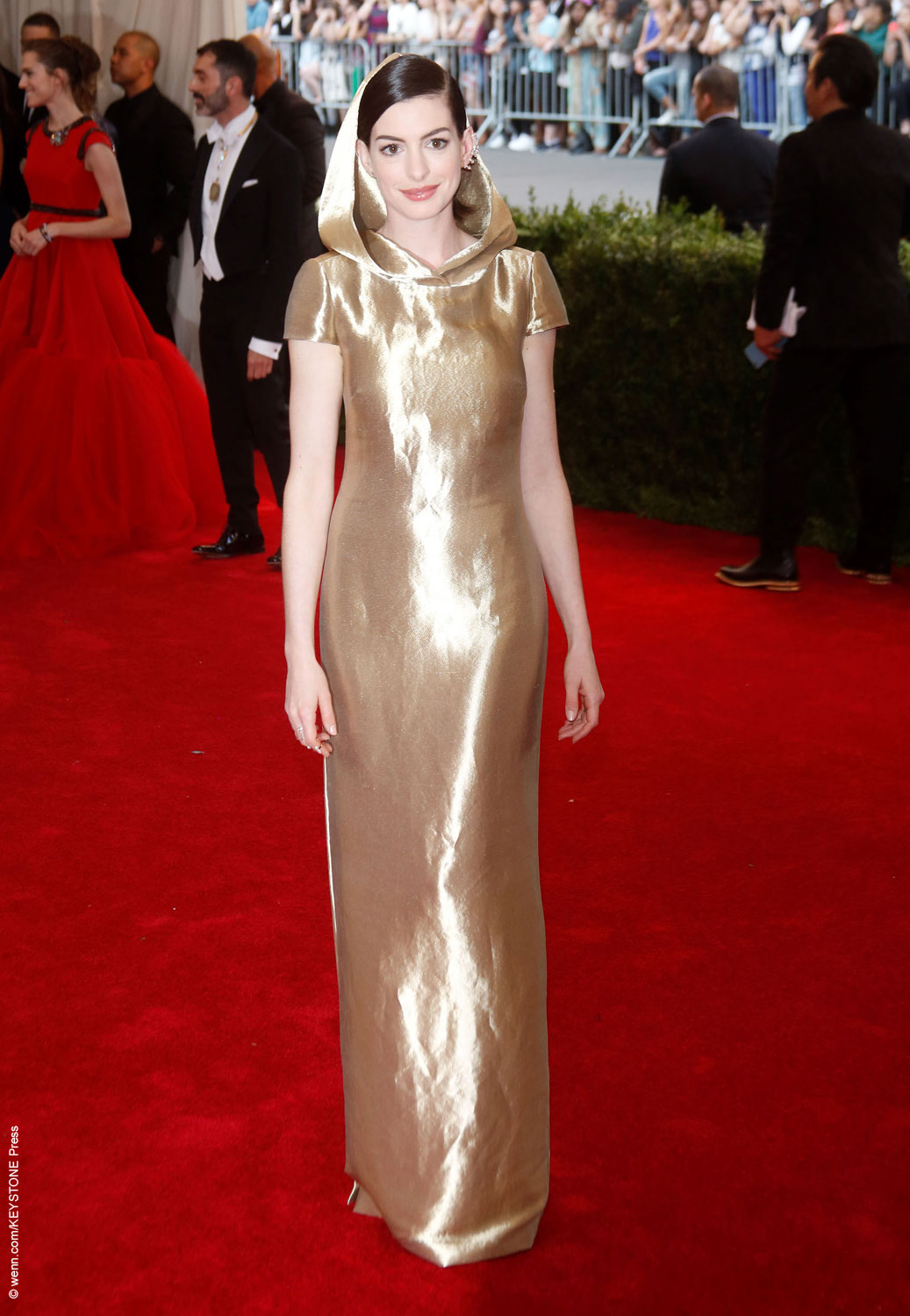 Anne Hathaway walked the red carpet with her husband sporting an interesting look. The brunette beauty donned a sleek gold Ralph Lauren gown, topped off with a Little Red Riding Hood style hood. The dress, made out of metal fibers, clung to her slender frame and looked as though it could be all the rage in a […]