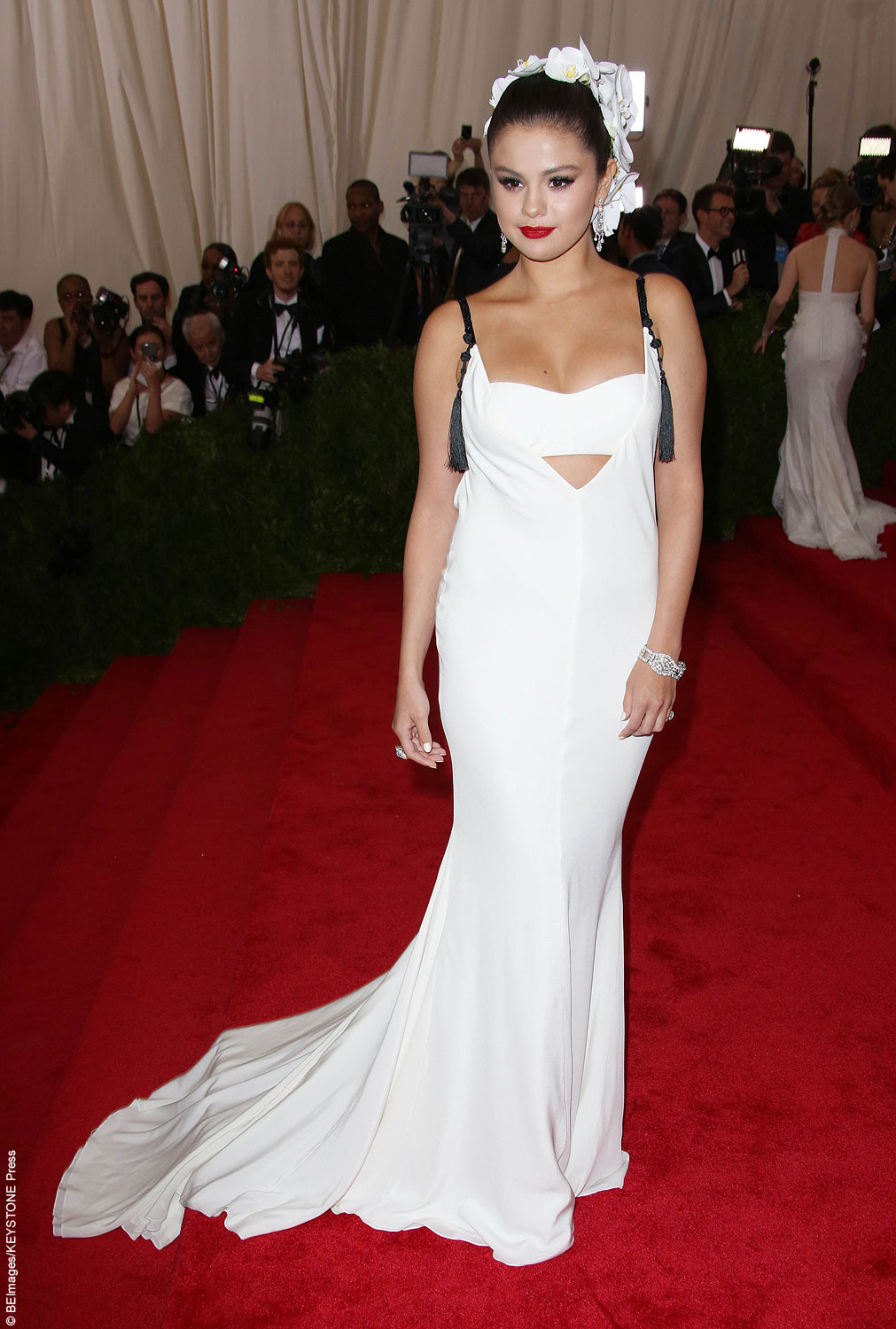 Selena Gomez showed off her Latin curves in a white Vera Wang gown. Selena showed some skin in the backless number and accessorized the look with a beautiful orchid headpiece over top of her sleek up-do. With elegant red lips, Selena caught the attention of ex-boyfriend Justin Bieber, who later said how beautiful she looked to […]