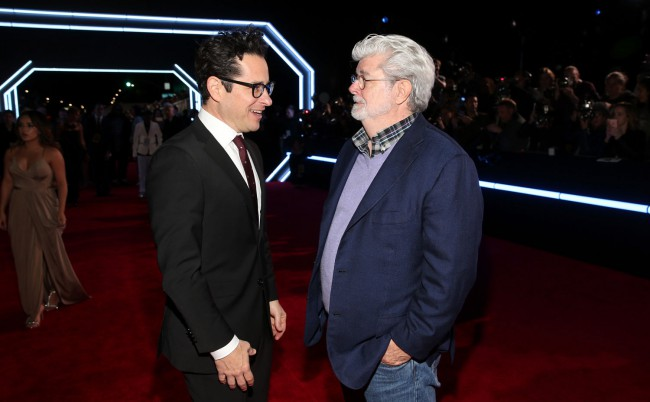 Star Wars: The Force Awakens director J.J. Abrams chatted with Star Wars creator George Lucas on the red carpet.
