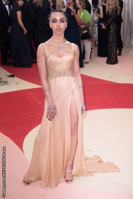 Edgy songstress FKA twigs rocked a sheer Atelier Versace flesh-colored dress with a brave high slit as she walked the red carpet, fiancé Robert Pattinson in tow. She spiced up her look with an intricate headpiece that linked to her nose ring. All jewels were by Jennifer Fisher. For what it's worth, we're in total […]