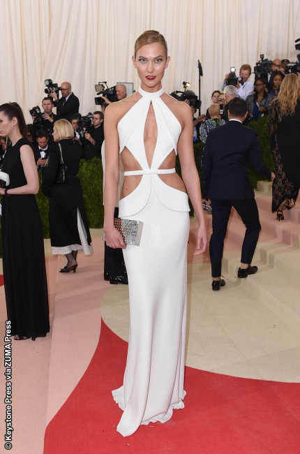 Karlie Kloss may not have donned a robotic arm or metallic plate, but the 23-year-old model stunned in a custom white Brandon Maxwell gown, which she complemented with a Repossi staple earring in pink gold, casually set with diamonds. *As a side note, Karlie got creative for the afterparty by cutting the hemline of the […]