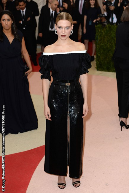 Sporting a gothic and hypnotizing Louis Vuitton look, French actress Léa Seydoux tossed in a Chopard ring (2.79-carats of diamond set in 18k white gold) and diamond earrings of the same make (featuring 12.67 carats of diamonds, also set in 18k white gold) to finalize her ensemble. Take us to the dark side, Léa.