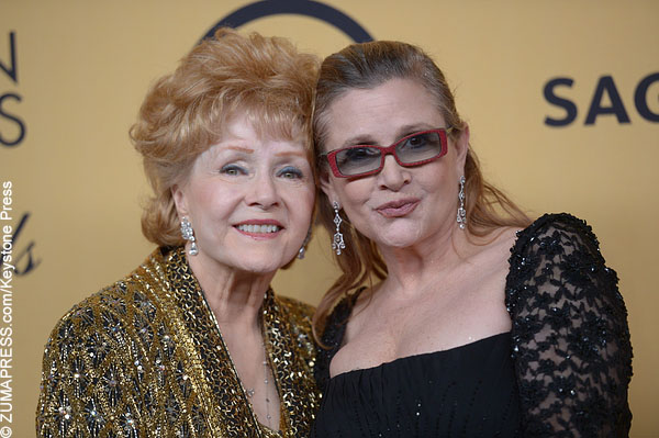 Carrie Fisher and her mother Debbie Reynolds on the red carpet.