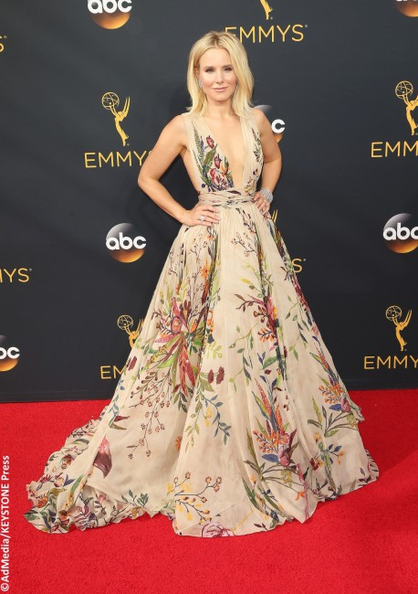 Kristen Bell looked like Spring come to life in an ultra-floral Zuhair Murad gown. The Veronica Mars star adorned her whimsical outfit with a nude lip, bold lashes, and over 58 carats worth of Harry Winston diamonds. To top it off, she slipped on a pair of Brian Atwood's Tribeca sandals, custom-dyed to match her […]