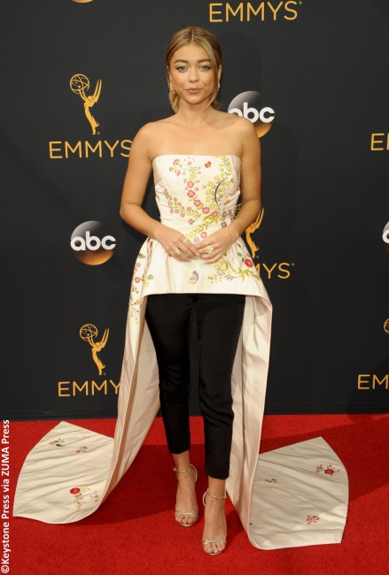 Modern Family actress Sarah Hyland joined the fashion flops family with her Monique Lhullier number. From the waist up, the look was far from a fail. The sleeveless, cream-colored bodice with red, pink and yellow embroidered flowers was actually quite chic. But that's where the good ended and the bad began. The gown, which split […]