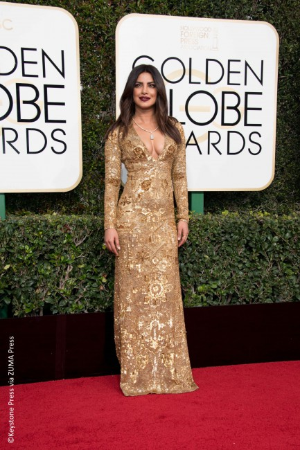 Quantico star Priyanka Chopra stunned in an embellished Ralph Lauren evening gown with a plunging neckline. The gold-dipped dress was hand-embroidered with glam gold sequins and beads. Letting her hair down, the actress accessorized with Lorraine Schwartz jewels and a burgundy lip to complete her dazzling look. Without a doubt, this golden look was a […]