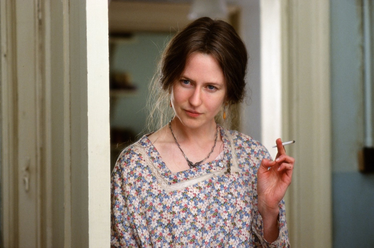 the hours film analysis The hours follows three women through one day in their lives one of the narrative strands explores the day in 1923 when virginia woolf begins to write mrs dalloway another centers around a day in the life of laura brown, an american housewife, in 1949, in which she spends part of her time reading.