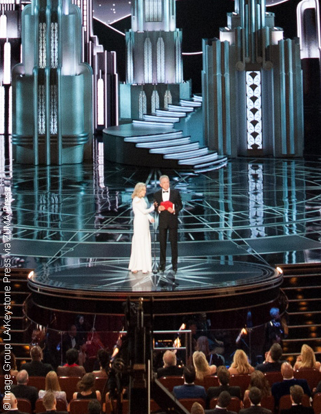 Faye Dunaway and Warren Beatty announce Best Picture