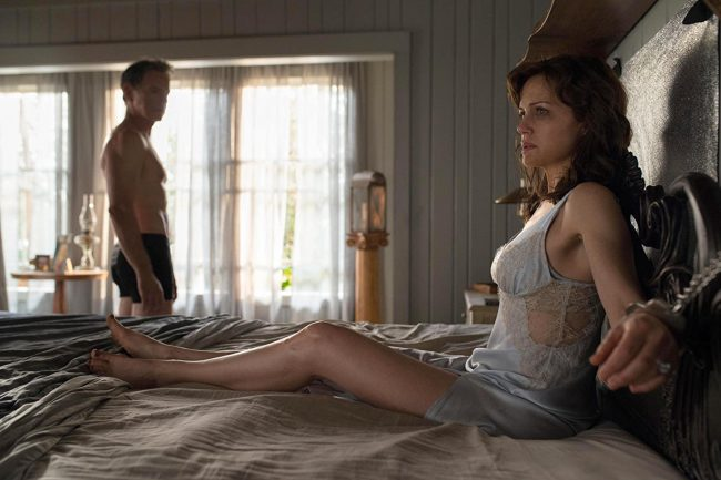 In their remote lake house, married couple Gerald (Bruce Greenwood) and Jessie (Carla Gugino) want to share an intimate evening to try and improve their intimacy. But what starts out as sexy night quickly turns into a fight for survival when Gerald drops dead, leaving Jessie alone and handcuffed to their bed.