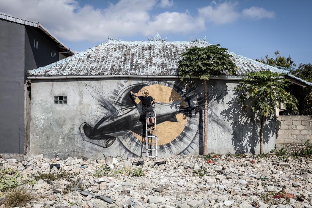 Cinzah painting new Rob Stewart tribute mural in Bali