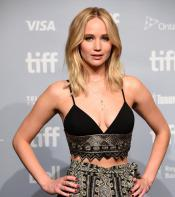 Jennifer Lawrence posing for photos before press conference