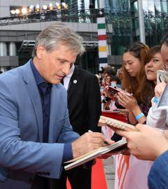 Viggo Mortensen, Peter Farrelly ham it up at Green Book world premiere