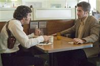 "Inspector Dave Toschi (MARK RUFFALO, left), a cop who is assigned to the case of a serial killer, meets with newspaper cartoonist Robert Graysmith (JAKE GYLLENHAAL) in Paramount Pictures and Warner Bros. Pictures' thriller ""Zodiac."""
