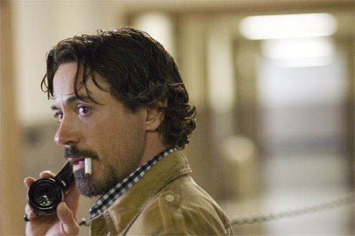 """Crime reporter Paul Avery (ROBERT DOWNEY JR.) gets a tip in his hunt for a serial killer in Paramount Pictures and Warner Bros. Pictures' thriller """"Zodiac."""" - Large"""